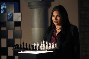 amanda-waller-pam-grier-dietro-la-scacchiera-in-una-scena-dell-episodio-checkmate-di-smallville-161054